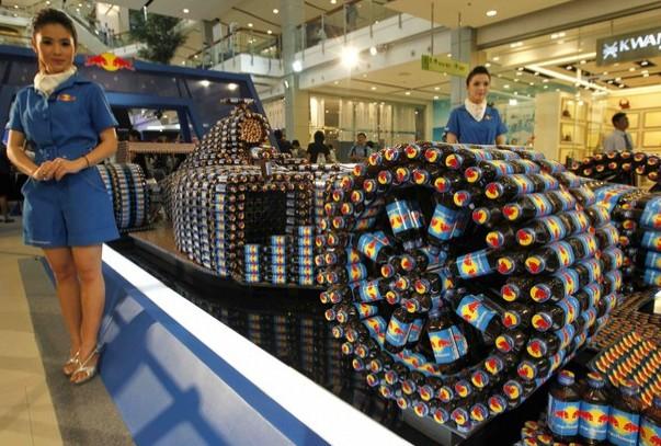 2615瓶红牛拼出法拉利模型创意设计