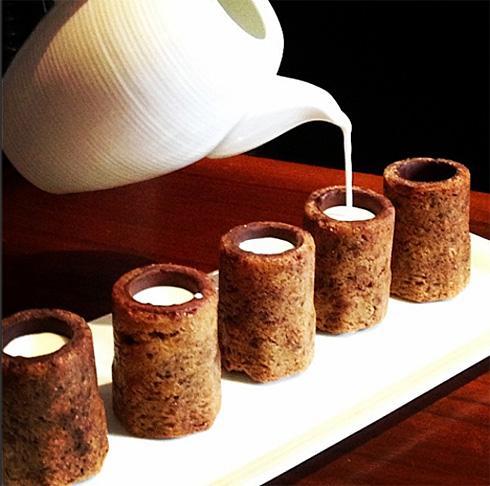 饼干杯子与牛奶创意设计