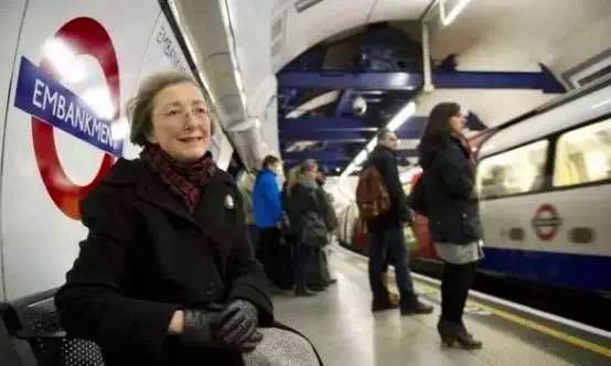 伦敦地铁上这个真实的爱情故事,看哭了所有人!