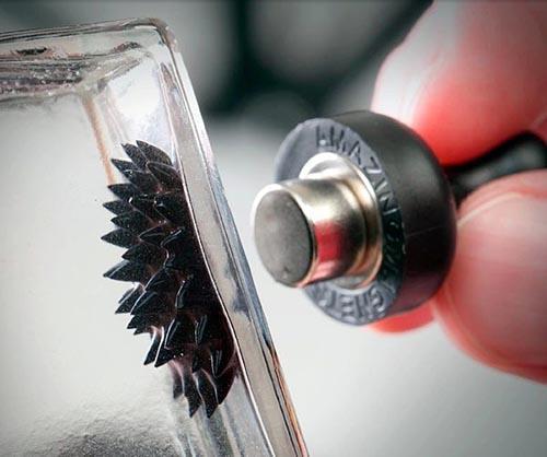 """小玻璃瓶里的""""怪物""""-磁流体创意设计"""
