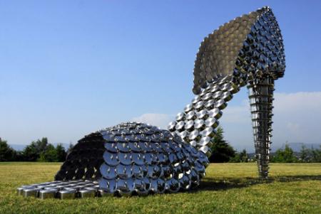 瓢盆锅碗构成的巨型高跟鞋创意设计