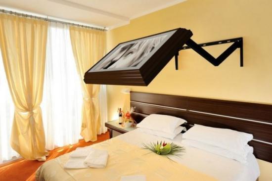 壁挂折叠液晶电视创意设计