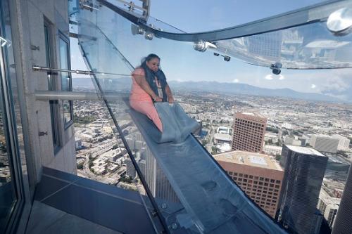 美国300米高全透明玻璃滑梯创意,你敢玩吗?