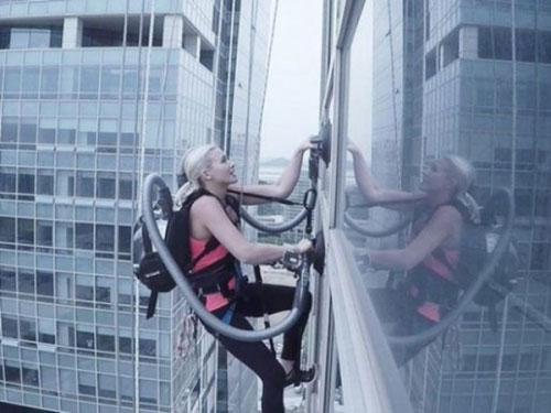 """创意广告:美女""""蜘蛛侠""""用LG吸尘器攀爬140米高大楼"""