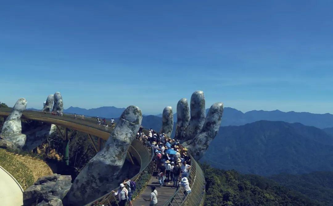 越南佛手桥, 两只佛手托着步行天桥很有意境