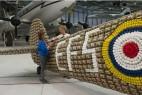6500个鸡蛋盒打造二战时期喷气式飞机创意设计