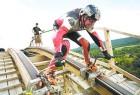 创意广告:德国男子上演人肉过山车 你敢玩吗?