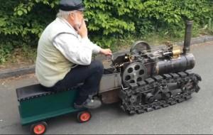 老工程师造玩具蒸汽火车创意,可边跑边加煤